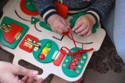Sensoryczne tabliczki manipulacyjne a rozwój dziecka
