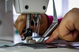Maszyna czy taśma do uszczelniania szwów – co jest lepsze